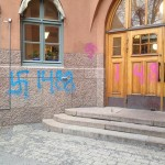 Anti-Semitic graffiti painted outside a Stockholm school. Photo: Calle Nathanson via Twitter.