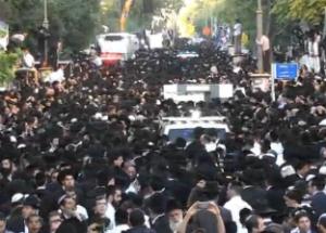 850,000 mourners accompany Rabbi Ovadia Yosef's body through Jerusalem, on October 7, 2013. Photo: Screenshot / Ynet.