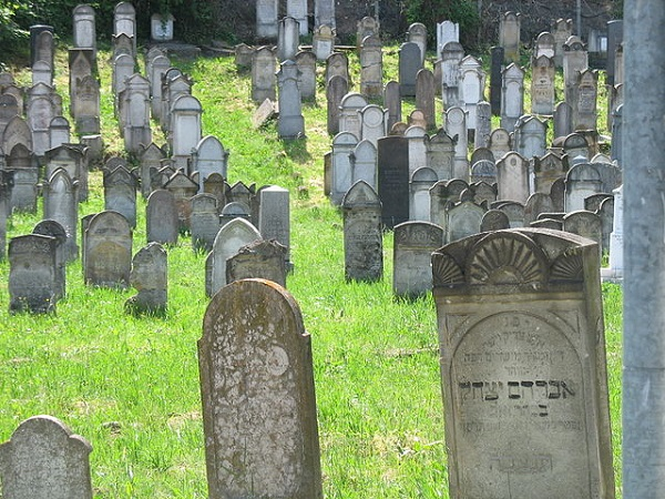 Headstones at a Jewish cemetery. Photo: Wikimedia Commons.
