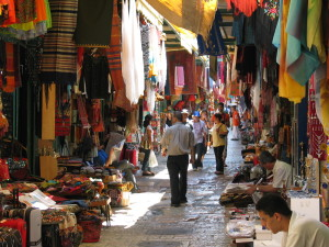 The Arab market in the Old City of Jerusalem. According to a new survey, more than half of East Jerusalem residents want Israeli citizenship. Photo: Wikipedia.