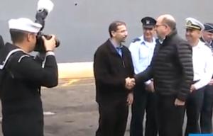 Israeli Defense Minister Moshe Ya'alon shakes hands with US Ambassador to Israel Daniel Shapiro near the USS Carney, in Haifa. Photo: Screenshot Walla