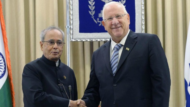 Indian President Pranab Mukherjee shakes hands with his Israeli counterpart Reuven Rivlin during an Oct. 2015 visit to the Jewish state. Photo: Mark Neiman / GPO.