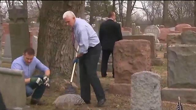 US Vice President Mike Pence helping clean up the Jewish cemetery vandalized in St. Louis, Missouri. Photo: Twitter.