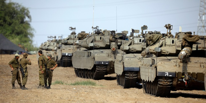 IDF Tanks Stare Down Lebanese Troops, Hezbollah Fighters in Tense Moment on Northern Border